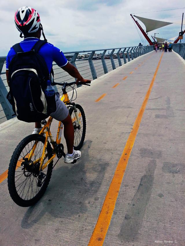 Ciclista en ruta a la isla... #colorful #people #photography #nature #street #guayaquil #ecuador  #highcontrast