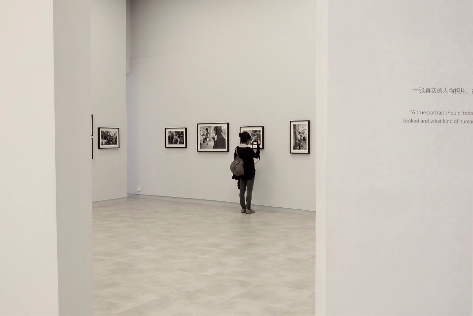 #shanghai #gallery #photo #exhibition #magnum  girl in the gallery